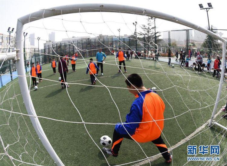 街道联合一家自闭症家庭支持服务中心创建的自闭症儿童足球队正式亮相