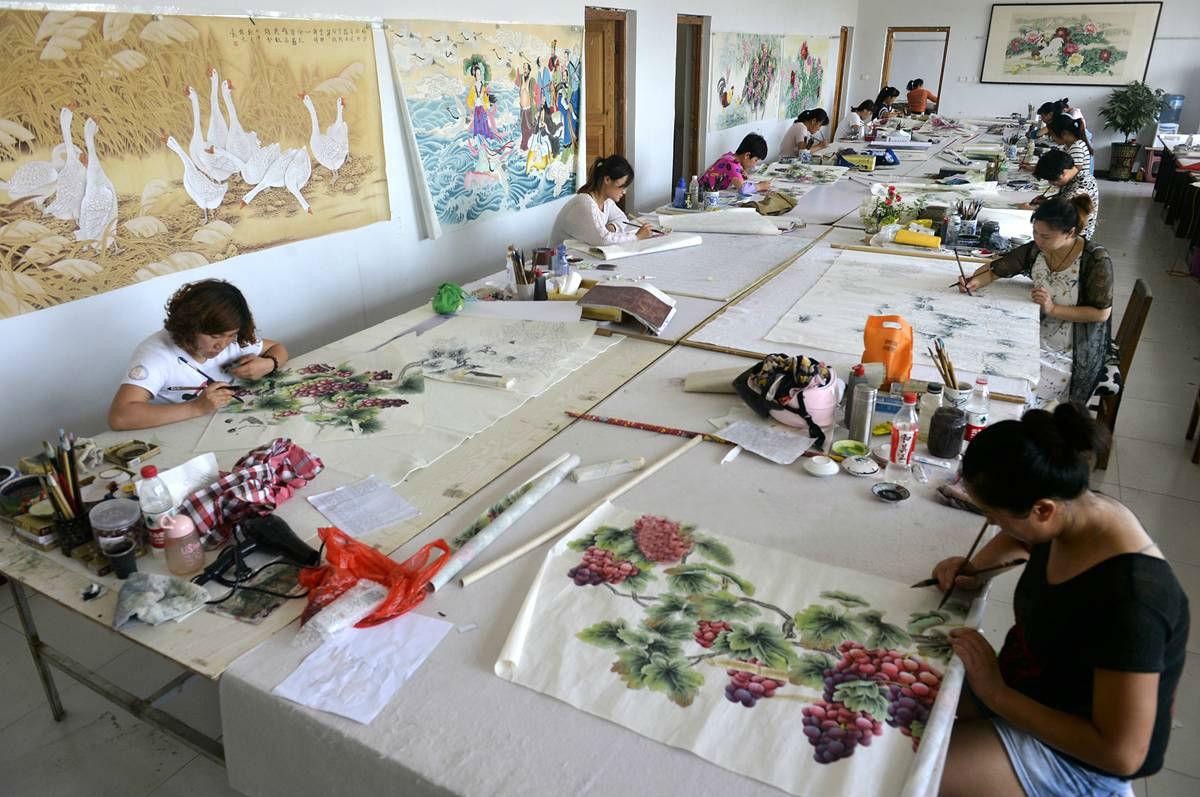 菏泽绘画村农民年赚5个亿 被称大师不习惯