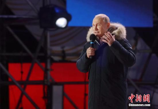俄中央选举委员会主席向当选总统普京颁发总统证
