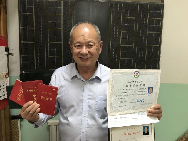 震撼!65岁退休教师本硕连读后又考博 学中医的心愿一埋27年