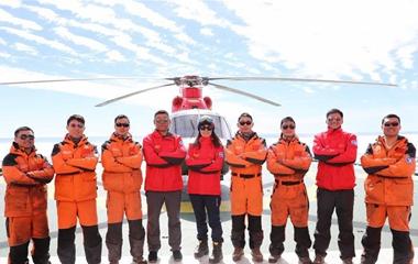 """为""""雪龙""""船插上""""翅膀""""——记中国第34次南极科考队直升机机组"""