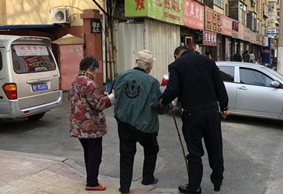热心警察搀扶年迈老人 市民目睹暖心瞬间(图)
