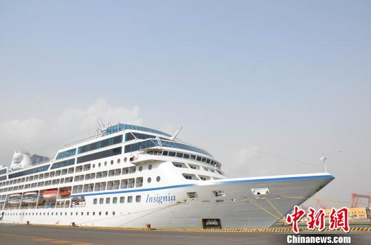 """豪华邮轮""""因锡亚""""号靠泊大连 大连港首次接待过夜访问邮轮"""
