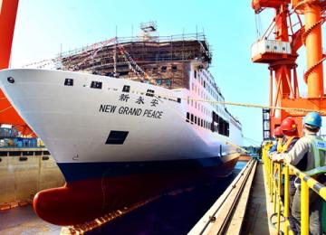 胶东海运豪华客滚船成功下水