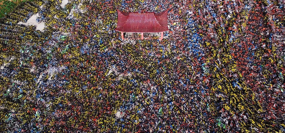 武汉一空地上堆满万辆共享单车 场面壮观震撼