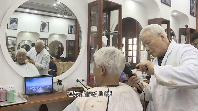 """88岁老革命剃头过寿 甘当幸福""""妻管严"""""""