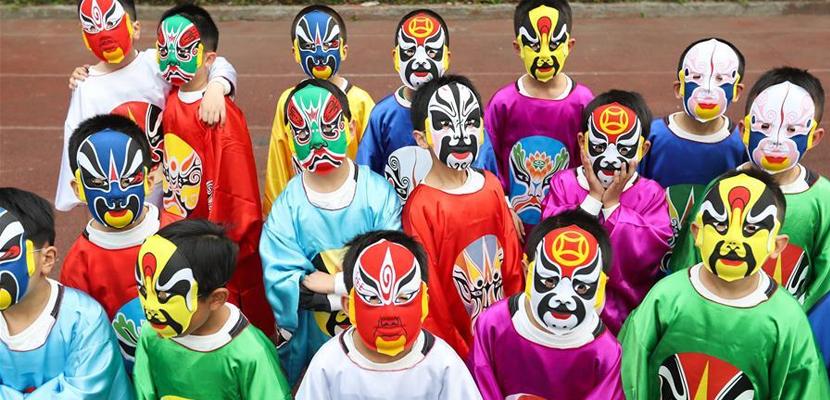 传承经典 滋润童心 成都小学生自编自演京剧节目《说唱脸谱》