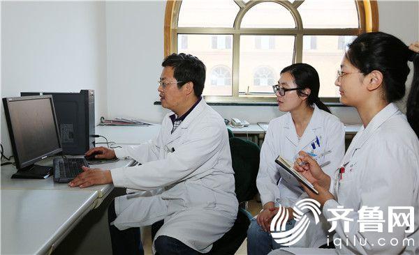 任法新(左一)和他的医疗团队讨论患者病情