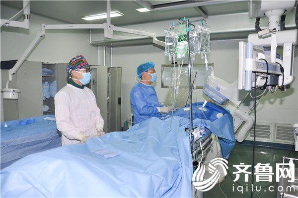任法新(左二)为患者手术中