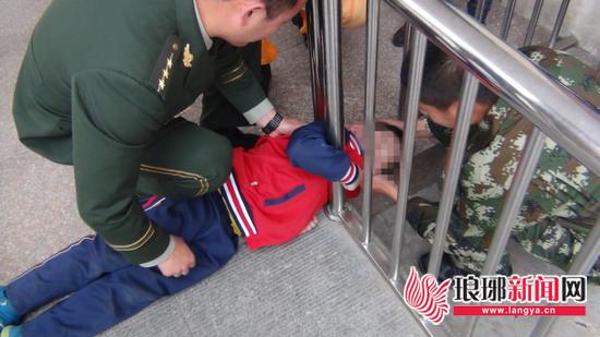 临沂贪玩男孩钻栏杆头被卡住 消防官兵拆护栏解救