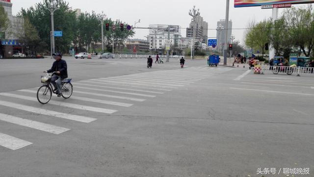 聊城仨路口15分钟现27起交通违法行为,到底哪些人违法?