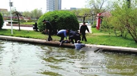 男孩落水,他们毅然跳深河救出三名救人者