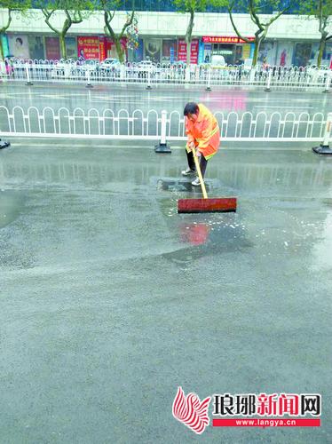 临沂环卫集团开展道路深度清洗作业 保证环境整洁