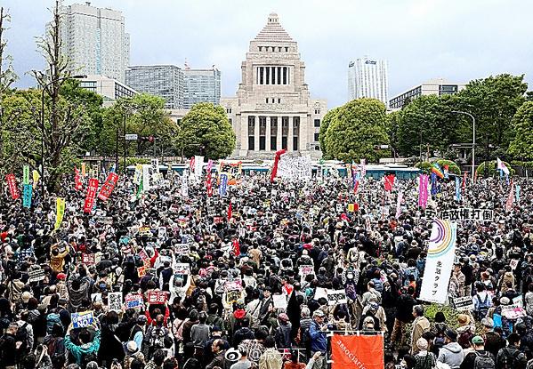 3万东京民众走上街头抗议 要求安倍及其内阁辞职