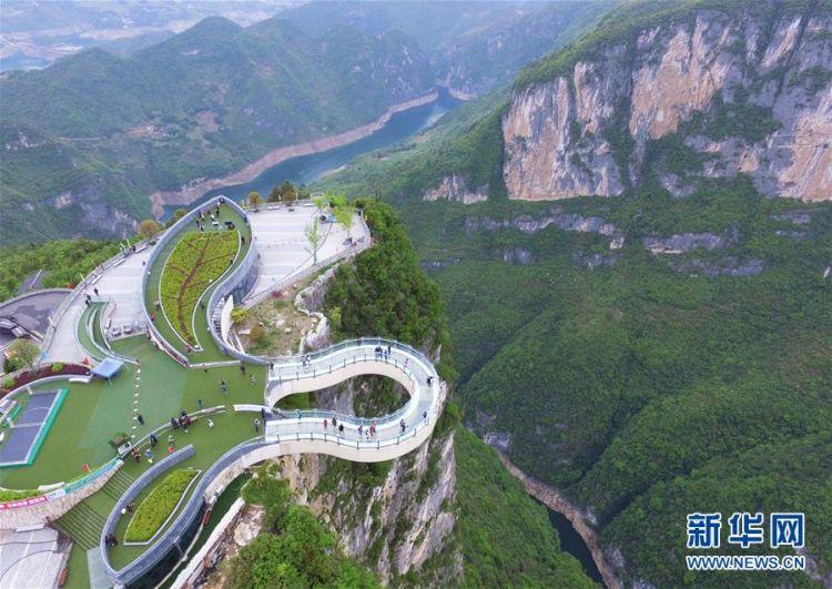 重庆云阳:空中俯瞰绝壁廊桥