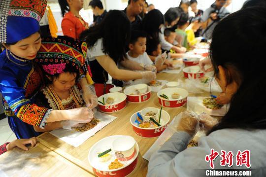 """壮族传统节日""""三月三""""来临 壮乡儿童体验传承壮族文化"""