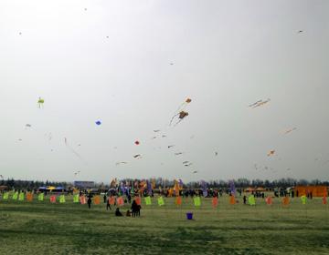 第35届潍坊国际风筝会潍坊风筝大赛在浮烟山举办