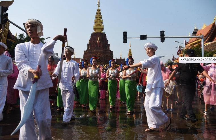 西双版纳迎来泼水节 居民游客齐聚泼水狂欢