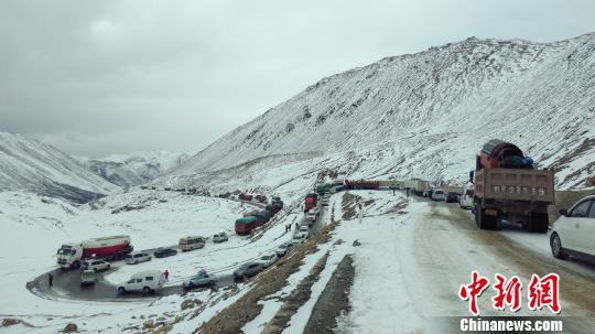 暴雪致川藏线数百辆车受阻 武警某部紧急出动6小时抢通