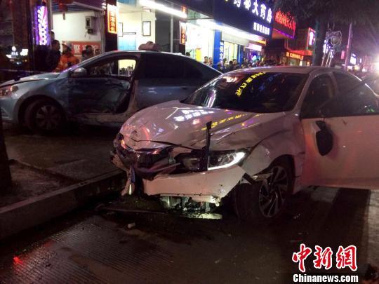 广西河池一轿车闹市街头撞飞8辆电动车伤7人