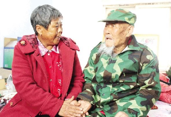 潍县战役老兵迎百岁寿辰 教导后人珍惜幸福生活