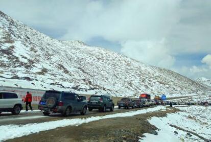 暴雪致川藏线数百辆车受阻 武警紧急出动6小时抢通