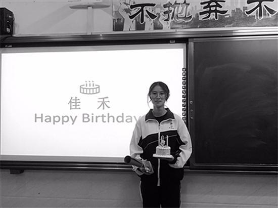 班主任19年来为800名学生过生日 写70万字祝福语