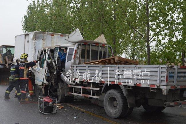 泰安新泰两货车迎头对撞,驾驶员双双被困