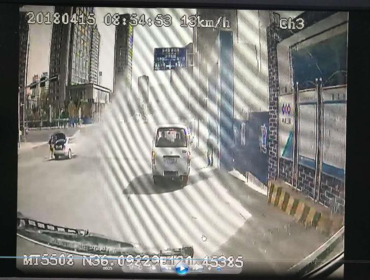 行车路遇私家车自燃 危急关头公交司机挺身相助灭火