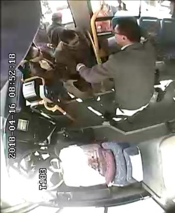 """乘客突发癫痫倒地 公交内上演""""全民救援"""""""