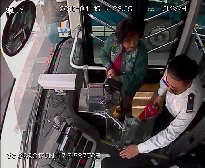 济南一电动车突然起火,公交司机提灭火器冲下车灭火