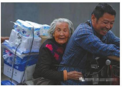 大叔骑车带92岁老母送货谋生 24小时形影不离(图)
