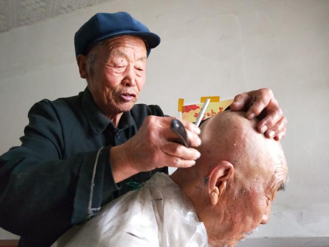 """淄博一86岁老农免费为""""老伙计""""剃发 15年不间断"""
