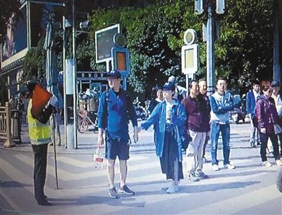 """游客闯红灯被劝阻 辱骂协勤员还大喊""""警察性骚扰"""""""