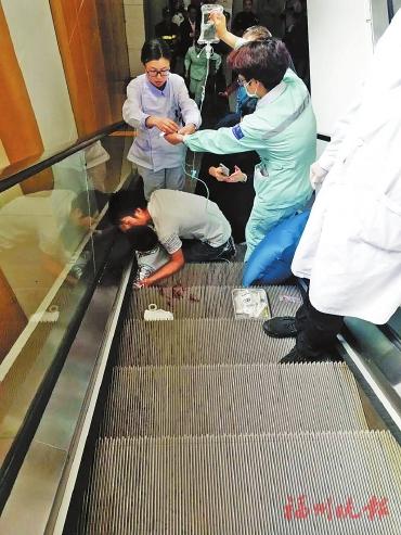 5岁童摔倒左手卡扶梯缝隙 护士紧急按停电梯助脱险