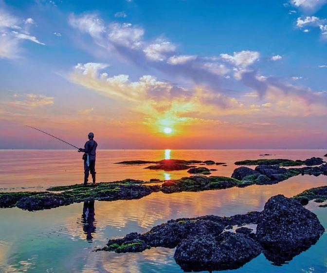 二 第一海水浴场 浴场沙滩松软,环境优雅, 是烟台旅游,避暑的标志性