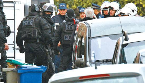 法国图卢兹上百人围攻警察局 11辆车被烧毁