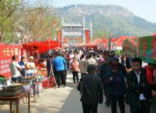 三月三数万人赶岚山圣公山庙会