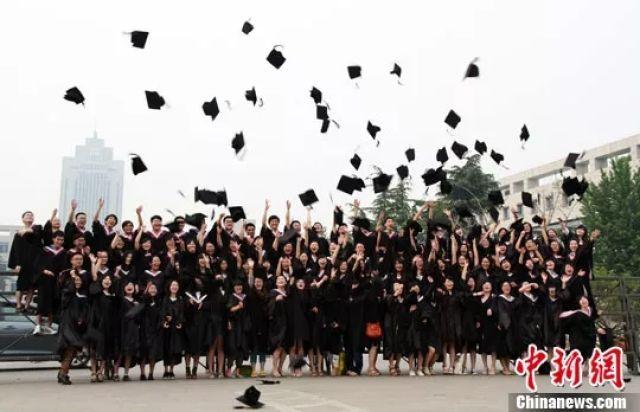 拍毕业照绝不能用这个姿势!高抛的学士帽能切开西瓜…