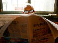 96岁抗日老兵上街赶集 倔强性格不服老