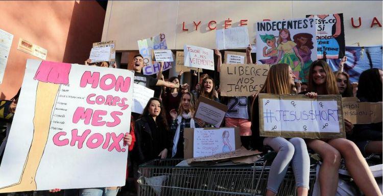 法国一所高中生围堵校门 抗议学校禁止其穿短装和露肩