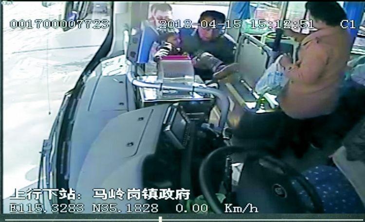 8岁男孩中毒昏迷,公交车变救护专车20余分钟赶到医院