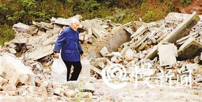 重庆88岁退休校长24年拾荒助学