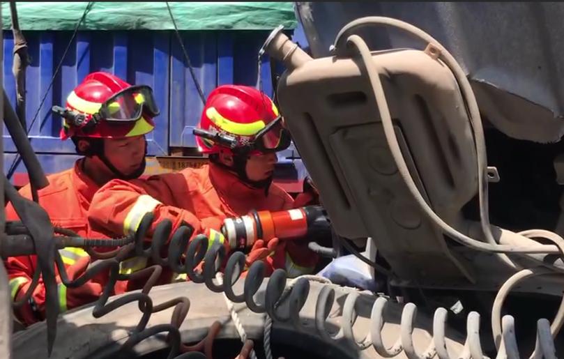 两辆半挂车追尾一人被困 枣庄消防20分钟救援成功