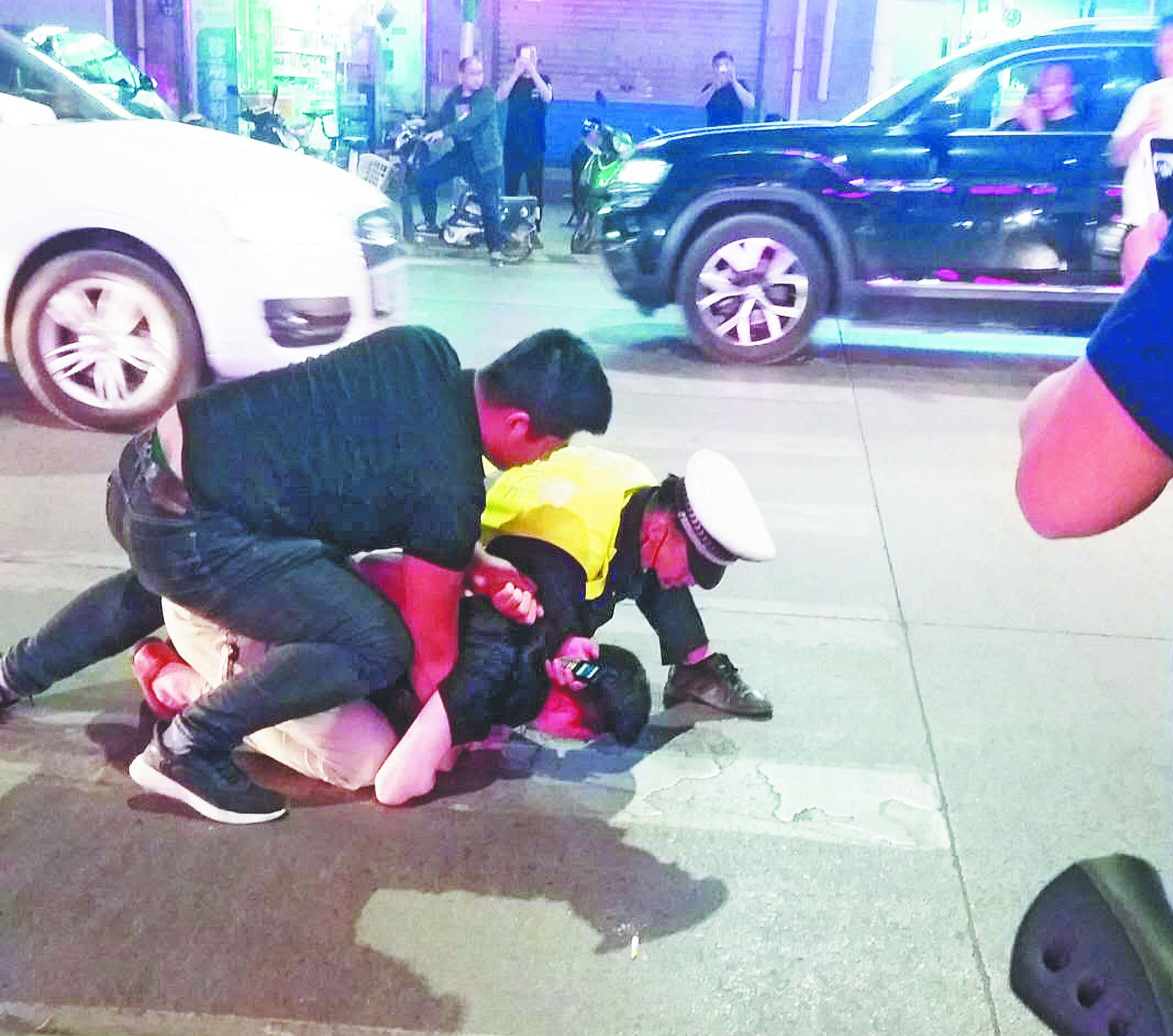 男子张店街头遇交警查酒驾弃车而逃