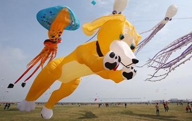 潍坊国际风筝会开幕 各式风筝争奇斗艳