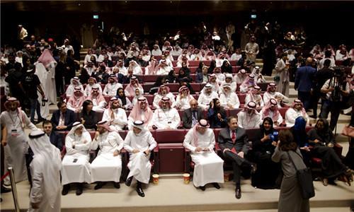 沙特放映35年来首场电影 民众带爆米花走进影厅