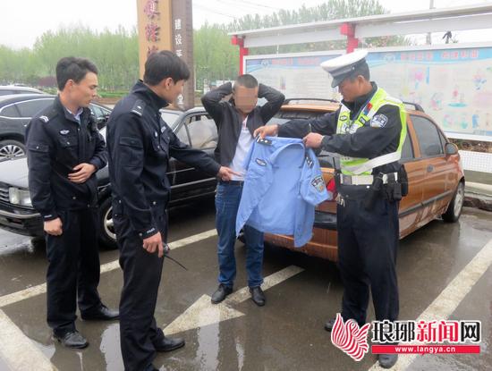 """假交警半夜拦车""""罚款""""临沂民警将两名嫌疑人抓获"""
