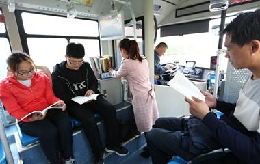 """近千辆公交车变""""流动书厢"""" 乘客免费取阅"""
