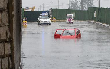 济南一铁路桥下积水严重 三辆私家车抛锚水中